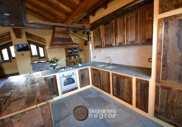 Cucina ricavata dal riutilizzo di antiche tavole in Castagno segate a mano
